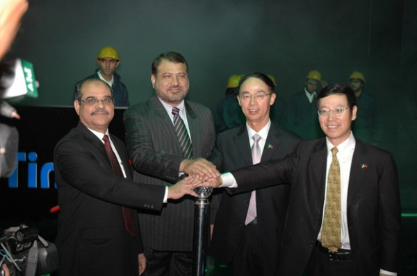L to R: Mr. M. R. Mehkary, President Askari Bank, Mr. Qazi Muqtadir, Dep. Governor SBP, Mr. Zhang Jianxin, Chinese Consul General, Mr. Fan Yunjun, CEO Zong pressing the button for unveiling the TimePey brand.